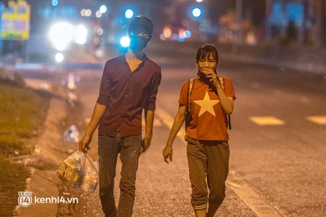 Đôi chân phồng rộp trên hành trình đi bộ hồi hương của những lao động nghèo, cả gia đình 4 người chỉ có 7.000 đồng dắt lưng - Ảnh 8.