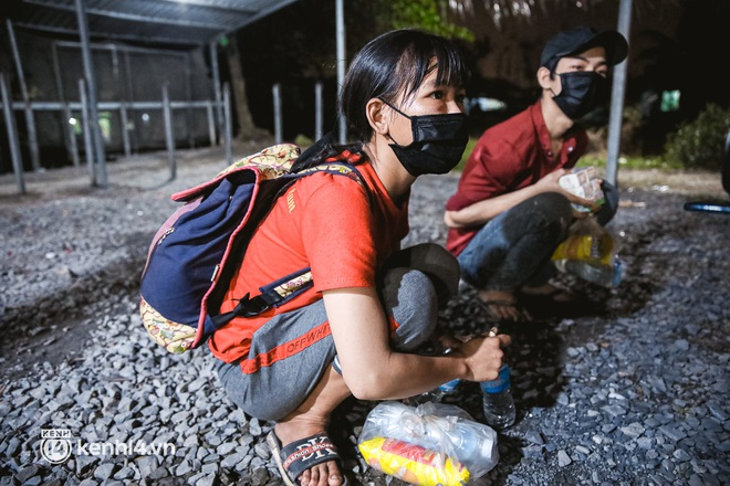 Đôi chân phồng rộp trên hành trình đi bộ hồi hương của những lao động nghèo, cả gia đình 4 người chỉ có 7.000 đồng dắt lưng - Ảnh 2.