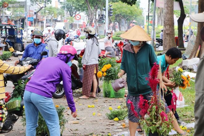ẢNH: Sau khi tiểu thương ở Sài Gòn vứt bỏ hoa ế, nhiều người dân tranh thủ đến xin đất, lượm hoa mang về trưa 30 Tết - Ảnh 6.