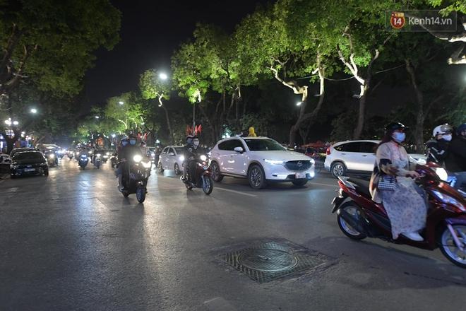 Pháo hoa rực sáng bầu trời Hà Nội, chúc mừng năm mới 2021 - Ảnh 1.