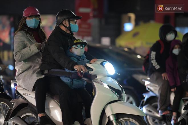Pháo hoa rực sáng bầu trời Hà Nội, chúc mừng năm mới 2021 - Ảnh 10.