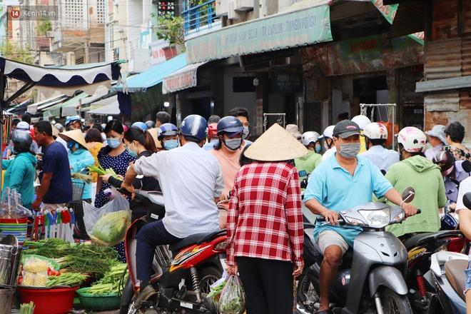 """Các chợ dân sinh ở Sài Gòn đông nghẹt sáng 30 Tết, người dân tranh thủ """"gom hàng"""" ngày cuối năm - Ảnh 2."""