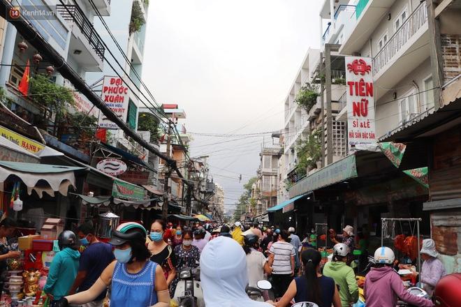 """Các chợ dân sinh ở Sài Gòn đông nghẹt sáng 30 Tết, người dân tranh thủ """"gom hàng"""" ngày cuối năm - Ảnh 8."""