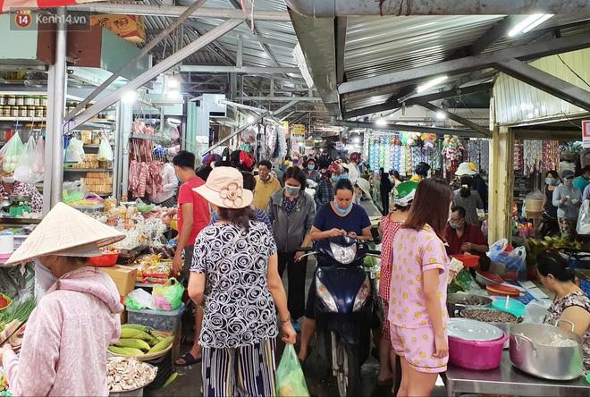 """Các chợ dân sinh ở Sài Gòn đông nghẹt sáng 30 Tết, người dân tranh thủ """"gom hàng"""" ngày cuối năm - Ảnh 4."""
