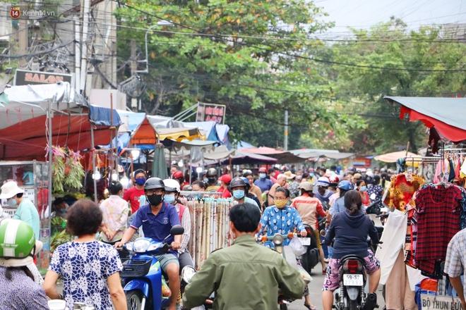 """Các chợ dân sinh ở Sài Gòn đông nghẹt sáng 30 Tết, người dân tranh thủ """"gom hàng"""" ngày cuối năm - Ảnh 6."""