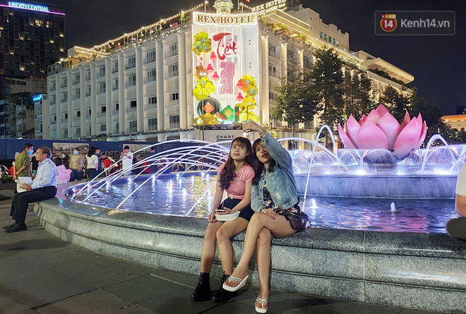 Pháo hoa rực sáng bầu trời Hà Nội, chúc mừng năm mới 2021 - Ảnh 6.