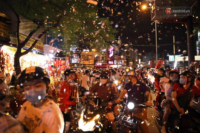 Pháo hoa rực sáng bầu trời Hà Nội, chúc mừng năm mới 2021 - Ảnh 8.