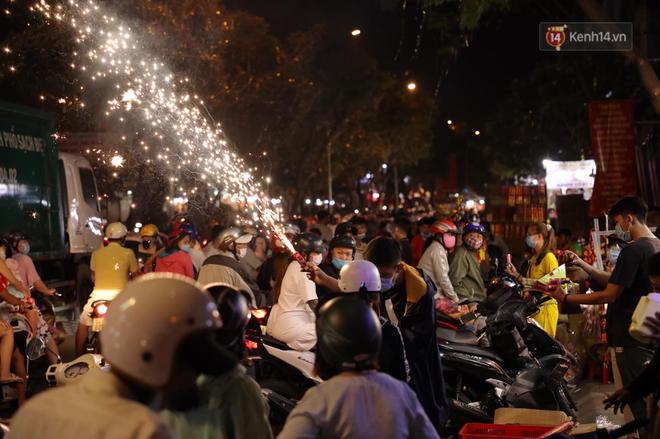 Pháo hoa rực sáng bầu trời Hà Nội, chúc mừng năm mới 2021 - Ảnh 9.