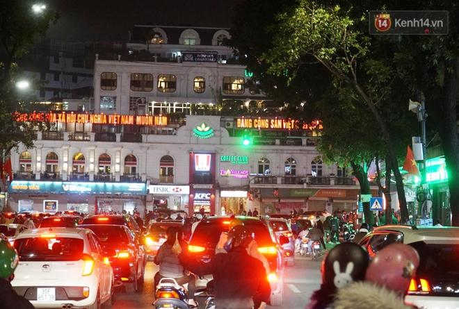 Pháo hoa rực sáng bầu trời Hà Nội, chúc mừng năm mới 2021 - Ảnh 3.