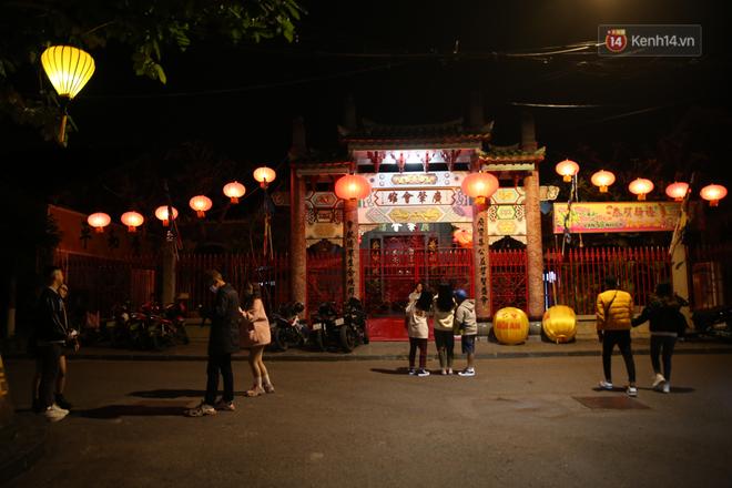 Không khí tối 30 Tết: Người dân Sài Gòn đeo khẩu trang, ùn ùn đổ ra đường đón chờ khoảnh khắc giao thừa - Ảnh 1.