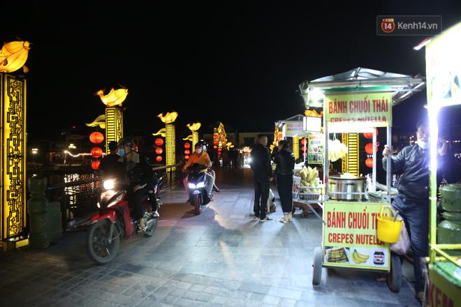 Không khí tối 30 Tết: Người dân Sài Gòn đeo khẩu trang, ùn ùn đổ ra đường đón chờ khoảnh khắc giao thừa - Ảnh 2.