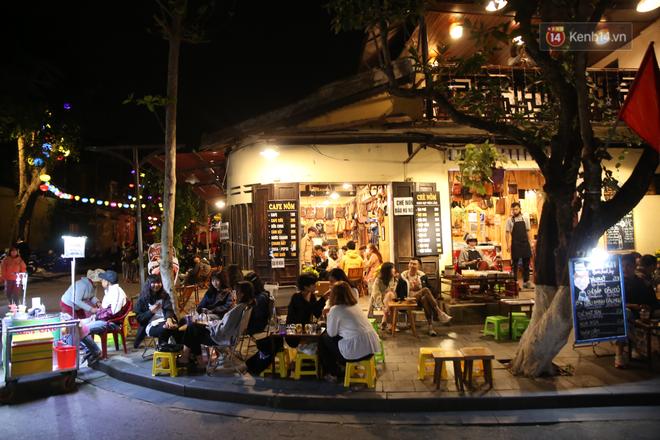 Không khí tối 30 Tết: Người dân Sài Gòn đeo khẩu trang, ùn ùn đổ ra đường đón chờ khoảnh khắc giao thừa - Ảnh 3.