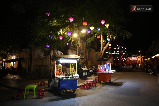 Không khí tối 30 Tết: Người dân Sài Gòn đeo khẩu trang, ùn ùn đổ ra đường đón chờ khoảnh khắc giao thừa - Ảnh 4.
