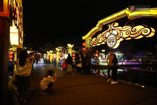 Không khí tối 30 Tết: Người dân Sài Gòn đeo khẩu trang, ùn ùn đổ ra đường đón chờ khoảnh khắc giao thừa - Ảnh 5.