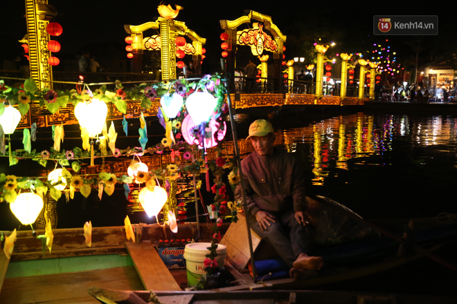 Không khí tối 30 Tết: Người dân Sài Gòn đeo khẩu trang, ùn ùn đổ ra đường đón chờ khoảnh khắc giao thừa - Ảnh 6.