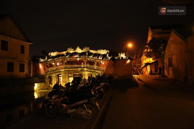 Không khí tối 30 Tết: Người dân Sài Gòn đeo khẩu trang, ùn ùn đổ ra đường đón chờ khoảnh khắc giao thừa - Ảnh 7.