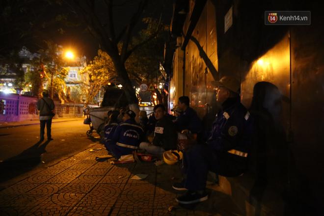 Không khí tối 30 Tết: Người dân Sài Gòn đeo khẩu trang, ùn ùn đổ ra đường đón chờ khoảnh khắc giao thừa - Ảnh 9.