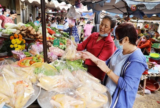 """Các chợ dân sinh ở Sài Gòn đông nghẹt sáng 30 Tết, người dân tranh thủ """"gom hàng"""" ngày cuối năm - Ảnh 11."""