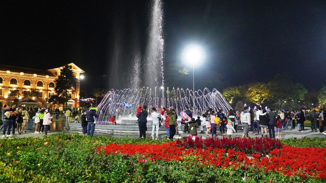 Pháo hoa rực sáng bầu trời Hà Nội, chúc mừng năm mới 2021 - Ảnh 2.