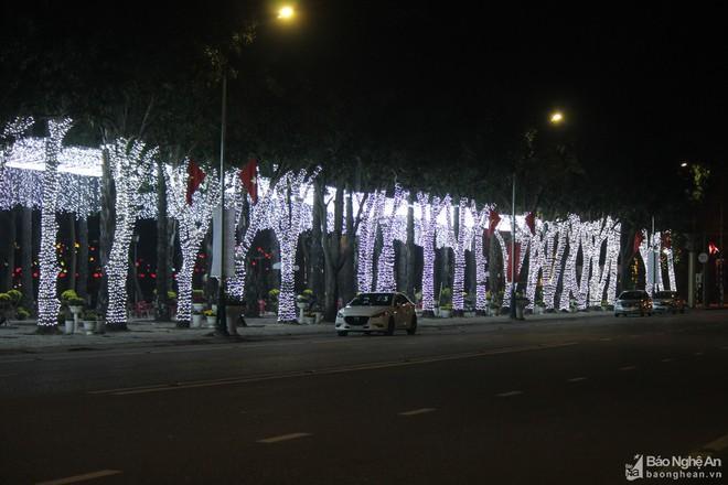 Pháo hoa rực sáng bầu trời Hà Nội, chúc mừng năm mới 2021 - Ảnh 4.