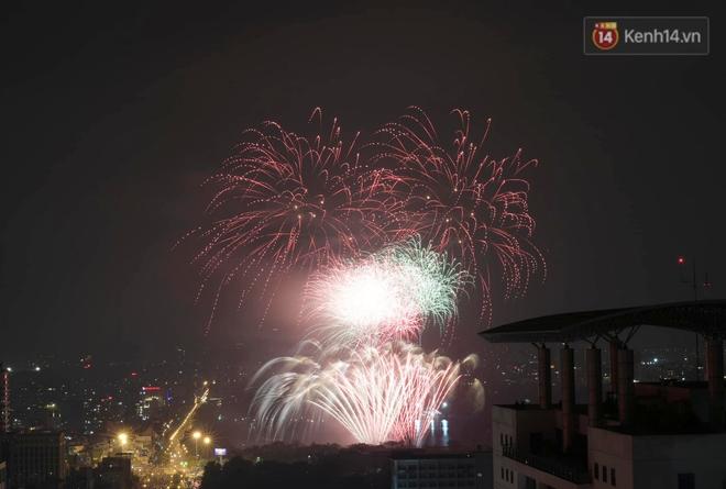 Pháo hoa rực sáng bầu trời Hà Nội, chúc mừng năm mới 2021 - Ảnh 7.