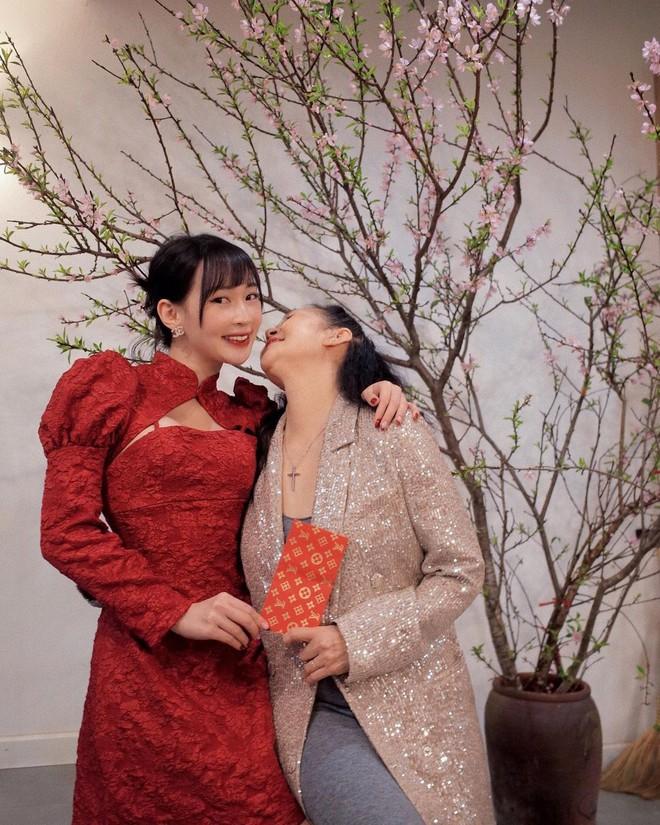 """Sun Ht mặc váy khoét ngực, pose dáng """"xì tin xì khói"""" khi đi chùa khiến dân mạng nhíu mày - Ảnh 2."""