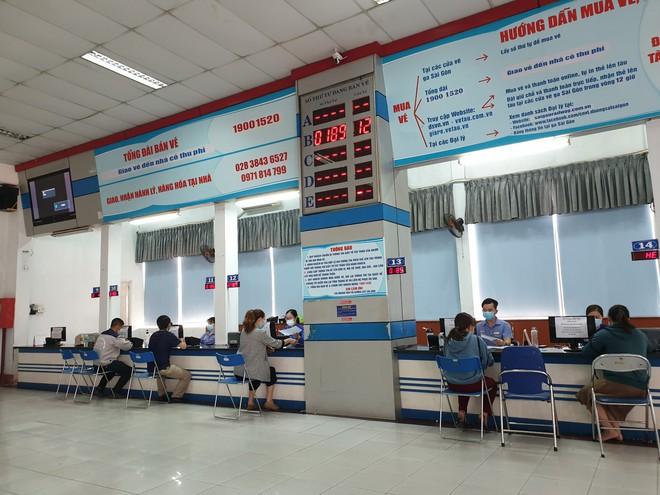 """Hàng trăm hành khách đến ga Sài Gòn trả vé: """"Mặc dù nhớ người thân, nhưng tôi chấp nhận hoãn về quê ăn Tết để phòng dịch Covid-19"""" - Ảnh 2."""