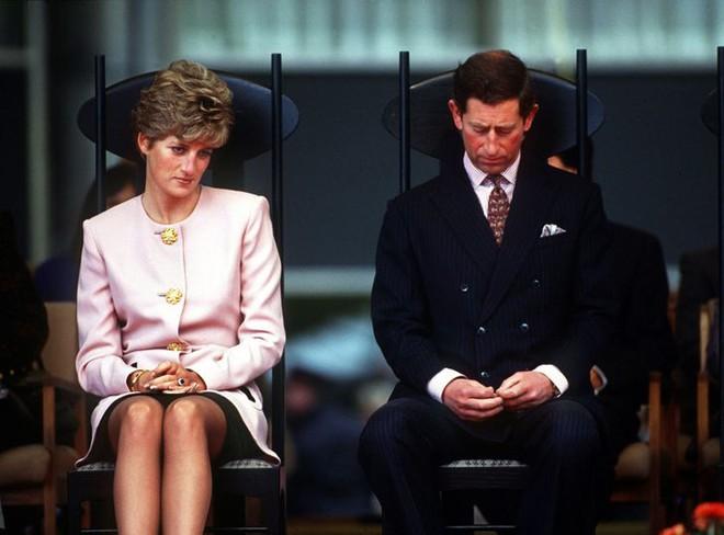 15 bức ảnh không thể quên của Công nương Diana suốt 15 năm chôn chân trong hôn nhân bi kịch: Hạnh phúc chẳng mấy mà sao khổ đau chất đầy? - ảnh 11