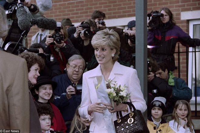 15 bức ảnh không thể quên của Công nương Diana suốt 15 năm chôn chân trong hôn nhân bi kịch: Hạnh phúc chẳng mấy mà sao khổ đau chất đầy? - ảnh 14