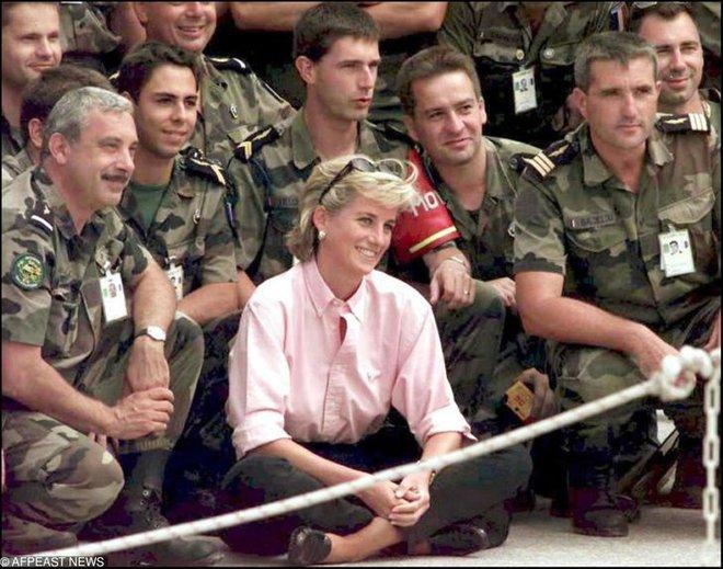 15 bức ảnh không thể quên của Công nương Diana suốt 15 năm chôn chân trong hôn nhân bi kịch: Hạnh phúc chẳng mấy mà sao khổ đau chất đầy? - ảnh 15