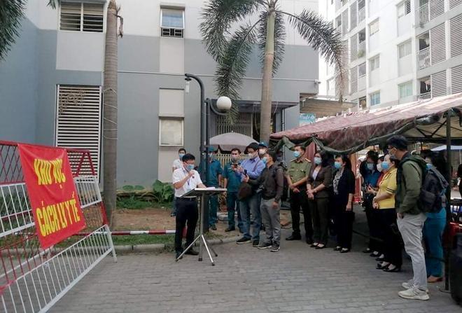 Bình Dương: Gỡ bỏ điểm phong toả cuối cùng nơi nhân viên sân bay Tân Sơn Nhất mắc Covid-19 sinh sống, hàng trăm người dân vui mừng - Ảnh 2.