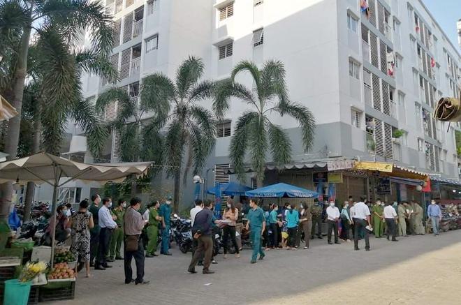 Bình Dương: Gỡ bỏ điểm phong toả cuối cùng nơi nhân viên sân bay Tân Sơn Nhất mắc Covid-19 sinh sống, hàng trăm người dân vui mừng - Ảnh 1.