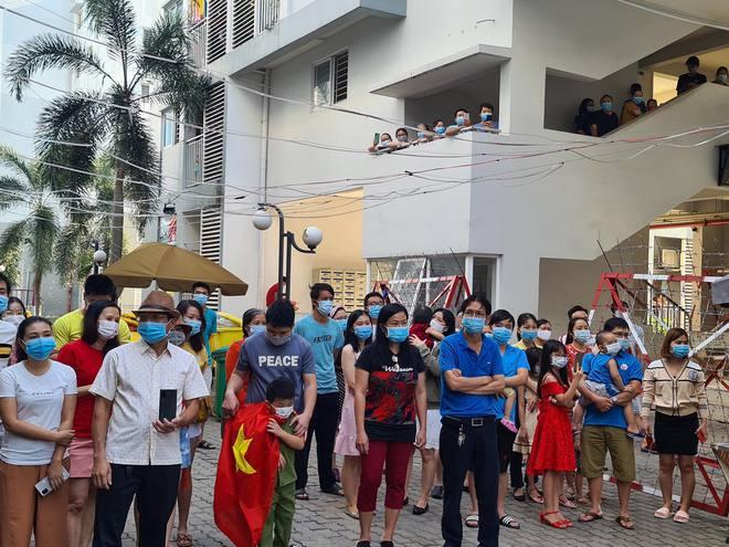 Bình Dương: Gỡ bỏ điểm phong toả cuối cùng nơi nhân viên sân bay Tân Sơn Nhất mắc Covid-19 sinh sống, hàng trăm người dân vui mừng - Ảnh 3.