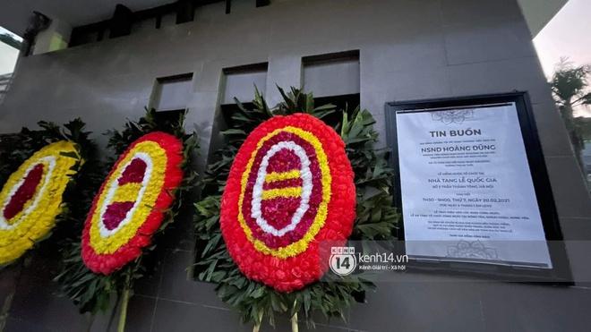 Tang lễ cố NSND Hoàng Dũng: Người thân lặng lẽ bên linh cữu, NS Công Lý - Việt Anh cùng nhiều đồng nghiệp đến tiễn biệt - Ảnh 14.