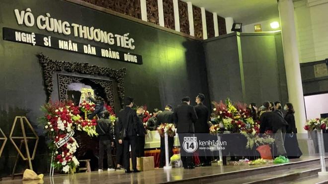 Tang lễ cố NSND Hoàng Dũng: Người thân lặng lẽ bên linh cữu, NS Công Lý - Việt Anh cùng nhiều đồng nghiệp đến tiễn biệt - Ảnh 12.