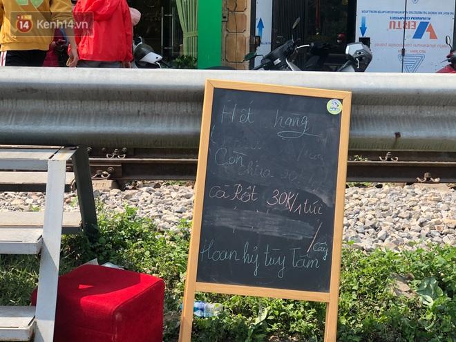 """Người Hà Nội đội nắng, nườm nượp đến giải cứu nông sản cho nông dân Hải Dương: """"15 tấn rau bán hết veo trong vòng vài tiếng"""" - Ảnh 7."""