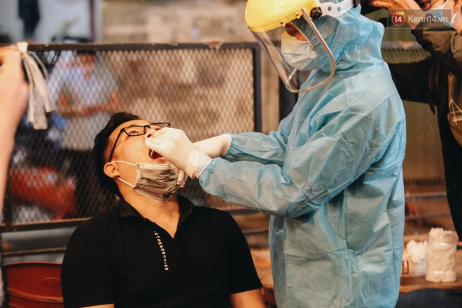 Đang nhậu ở Sài Gòn thì bất ngờ được lấy mẫu xét nghiệm Covid-19: Người thích thú, người lo lắng định bỏ về - Ảnh 7.