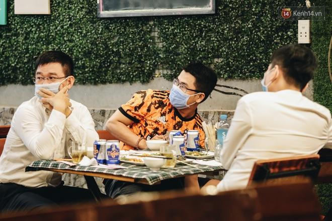 Đang nhậu ở Sài Gòn thì bất ngờ được lấy mẫu xét nghiệm Covid-19: Người thích thú, người lo lắng định bỏ về - Ảnh 3.