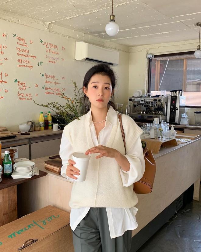 """Trời xuân ấm áp, diện sơ mi theo 5 công thức """"ruột"""" của gái Hàn là đảm bảo vừa xinh, vừa sang hết ý - ảnh 4"""