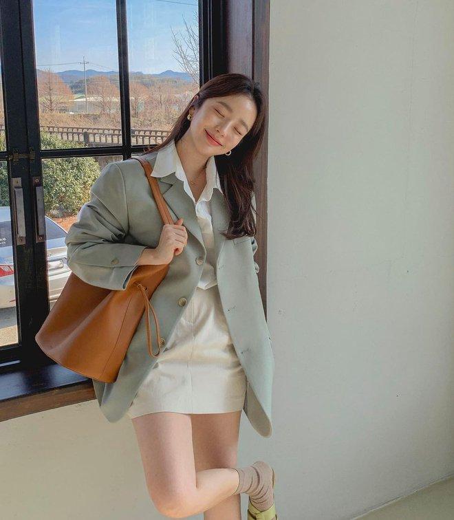 """Trời xuân ấm áp, diện sơ mi theo 5 công thức """"ruột"""" của gái Hàn là đảm bảo vừa xinh, vừa sang hết ý - ảnh 6"""