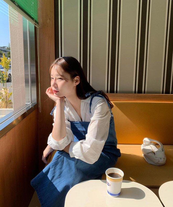 """Trời xuân ấm áp, diện sơ mi theo 5 công thức """"ruột"""" của gái Hàn là đảm bảo vừa xinh, vừa sang hết ý - ảnh 15"""