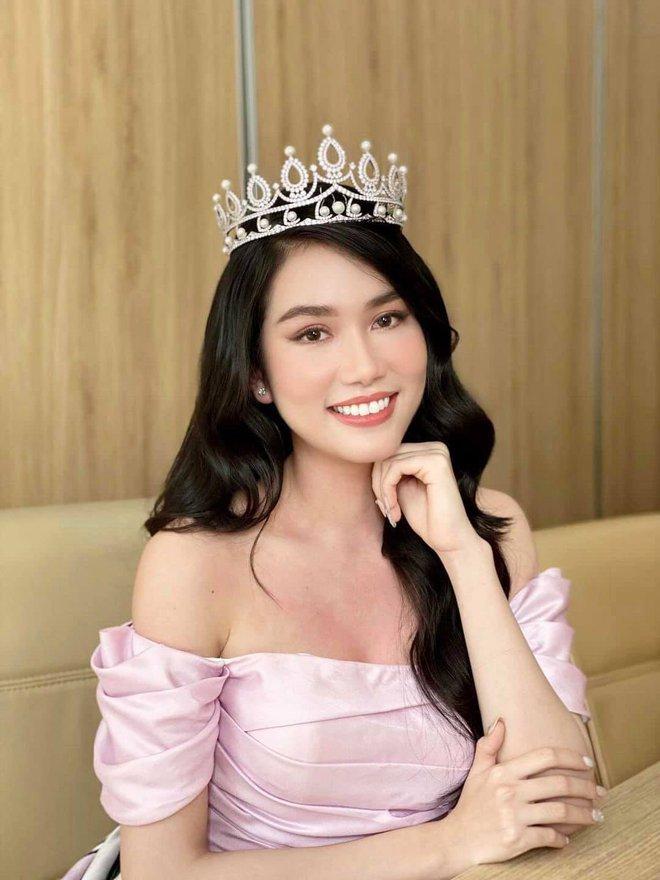 Á hậu Phương Anh bắn tiếng Anh vèo vèo trên sóng livestream, tự tin đối đáp với Giám đốc Miss International - ảnh 1