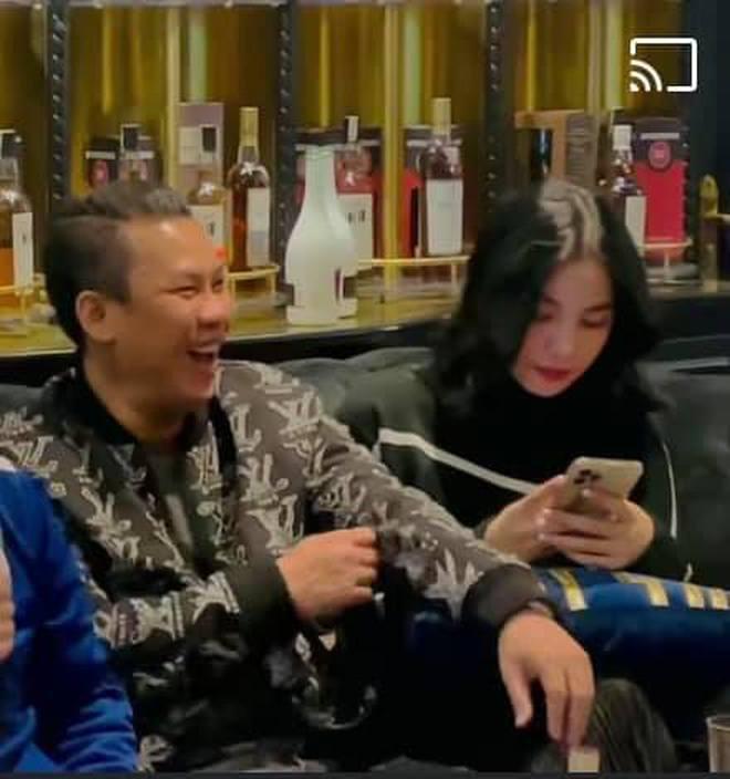 Lộ clip gái xinh An Giang 2k2 ngồi với chồng cũ Lệ Quyên, bàn tay của đại gia tiết lộ mối quan hệ đặc biệt trên tình bạn - ảnh 2
