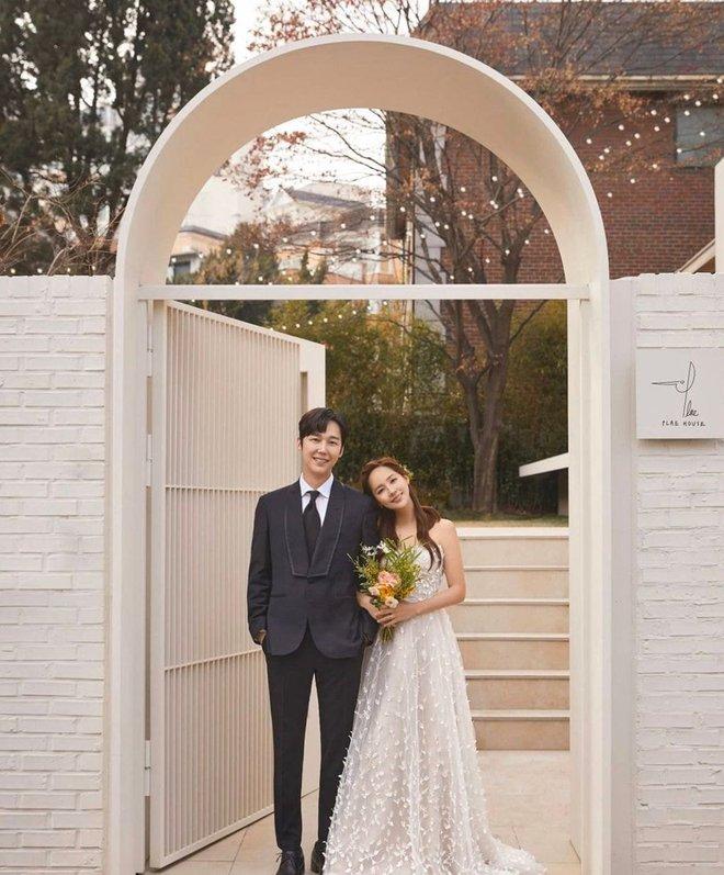Cả xứ Hàn đang dậy sóng vì ảnh cưới của tiểu tam Eugene trong Penthouse 2, nhìn thế này ai nghĩ đã là mẹ 2 con - ảnh 2
