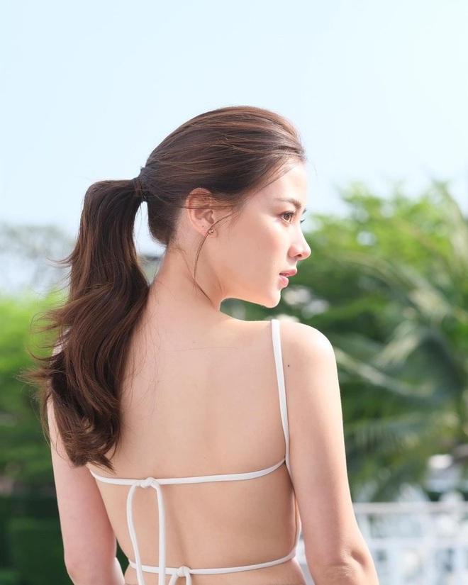 """Mỹ nhân """"Chiếc Lá Bay"""" Baifern Pimchanok xinh đẹp khoe lưng trần quyến rũ khó cưỡng - ảnh 2"""
