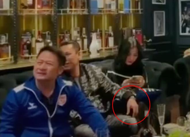 Lộ clip gái xinh An Giang 2k2 ngồi với chồng cũ Lệ Quyên, bàn tay của đại gia tiết lộ mối quan hệ đặc biệt trên tình bạn - ảnh 4