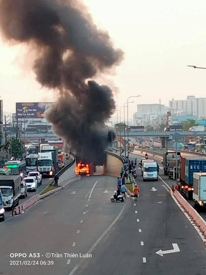 TP.HCM: Xe buýt bốc cháy ngùn ngụt, bị thiêu rụi hoàn toàn trong hầm chui An Sương - ảnh 1