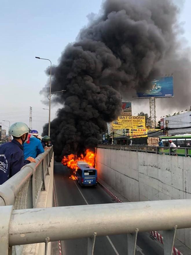 TP.HCM: Xe buýt bốc cháy ngùn ngụt, bị thiêu rụi hoàn toàn trong hầm chui An Sương - ảnh 2