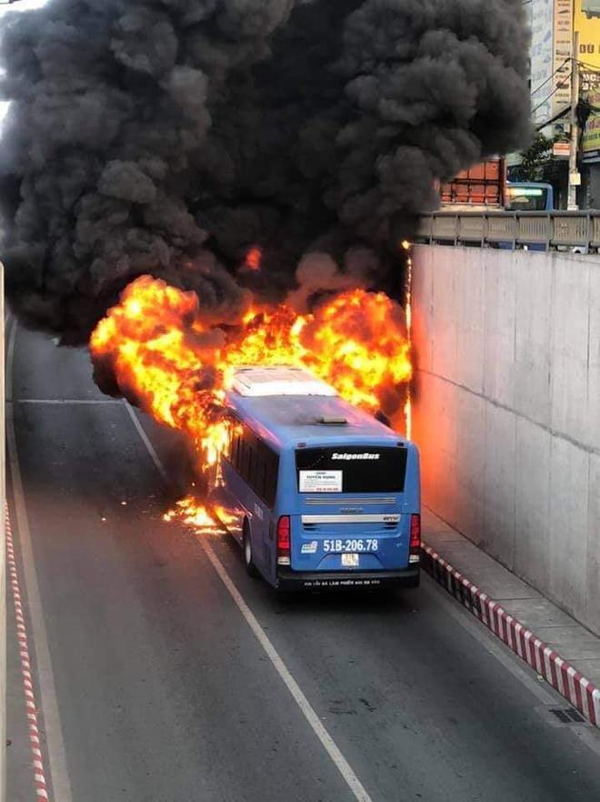 TP.HCM: Xe buýt bốc cháy ngùn ngụt, bị thiêu rụi hoàn toàn trong hầm chui An Sương - ảnh 3