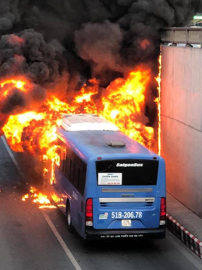 TP.HCM: Xe buýt bốc cháy ngùn ngụt, bị thiêu rụi hoàn toàn trong hầm chui An Sương - ảnh 4